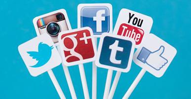 Imagem de palitos brancos com o símbolo das seguintes redes sociais: twitter, instagram, google +, facebook, youtube, tumbler e um desenho de uma mão com o polegar levantado, indicando o ato de curtir. O fundo da imagem é azul claro.