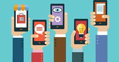 imagem. Foto de cinco mãos segundando cada uma um celular. Na tela dos celulares imagens como: lâmpada, balão de fala, um olho, bloco de notas. Fundo da imagem em azul claro.