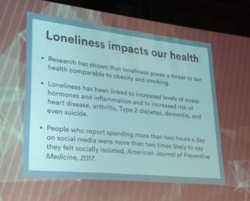 Foto de slide explicando que a solidão cause efeitos negativos em nossa saúde.