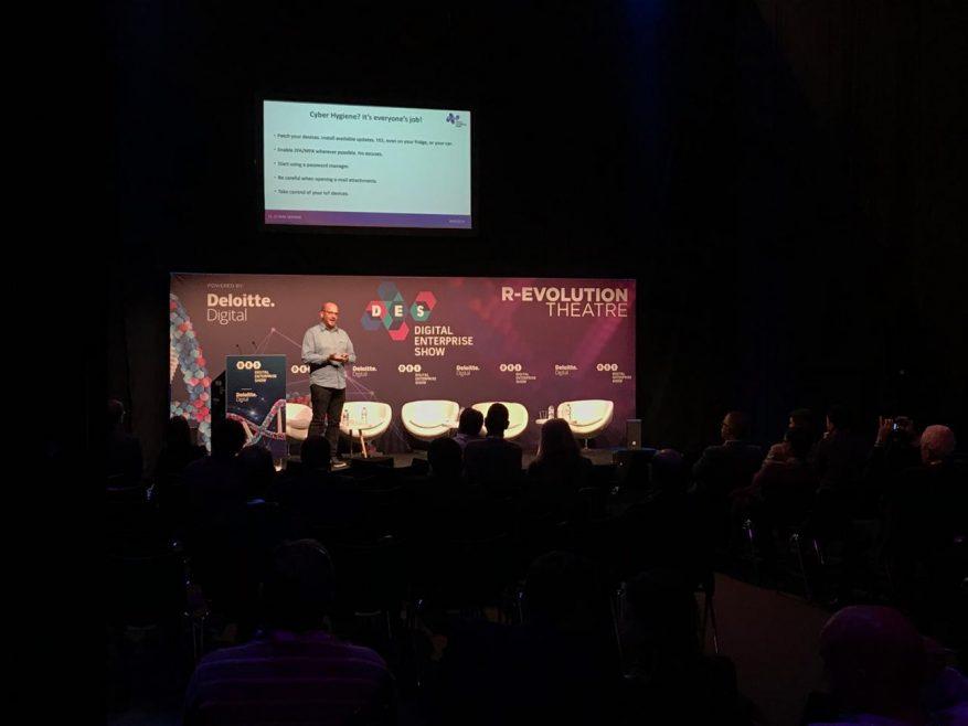 Foto: palestra CDO no palco com telão.