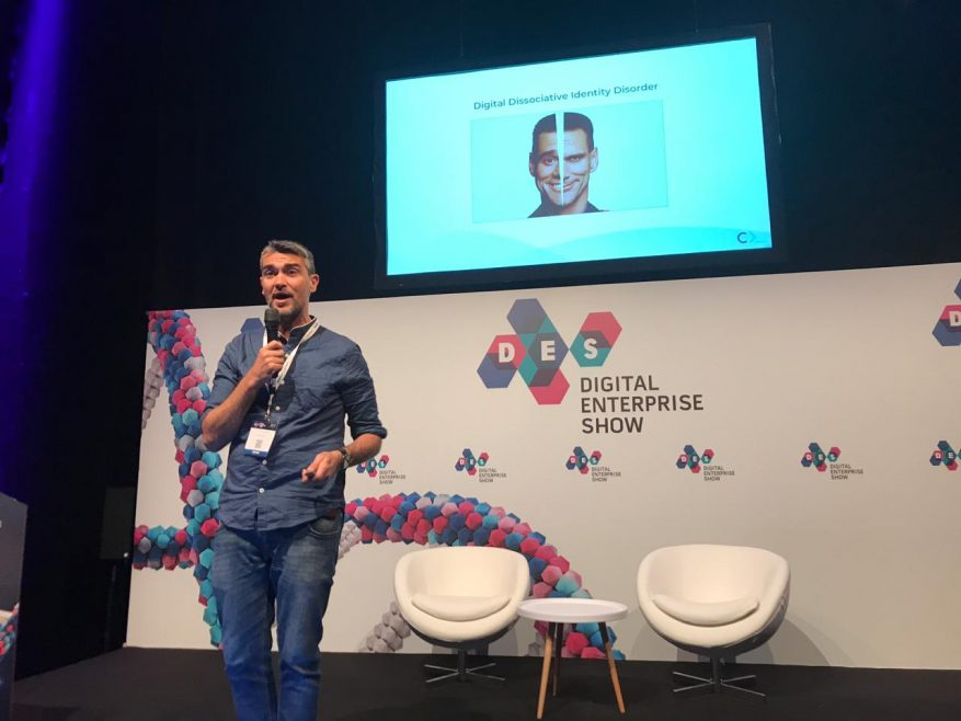 Foto: Alex Paschoal palestrando no palco do DES 2019.