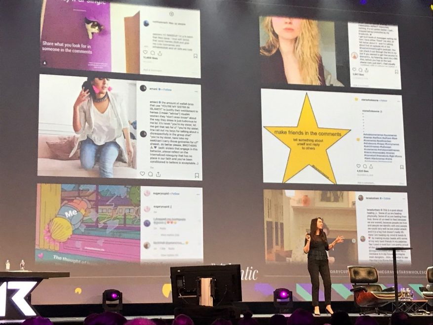 Foto: Mulher num palco apresentando uma série de itens num telão.