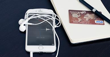 Foto: celular com cartão de crédito e caneta.