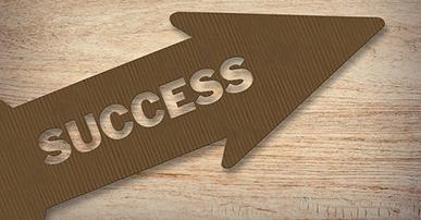 """Imagem: papelão em formato e seta com a palavra """"success"""". era digital."""