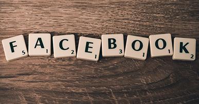 """Imagem: peças de jogo que formam a palavra """"facebook""""."""