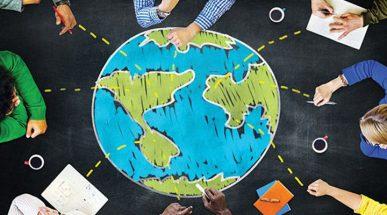 Imagem: pessoas com xícaras ao redor de um planeta Terra desenhado com giz. terceiro setor.