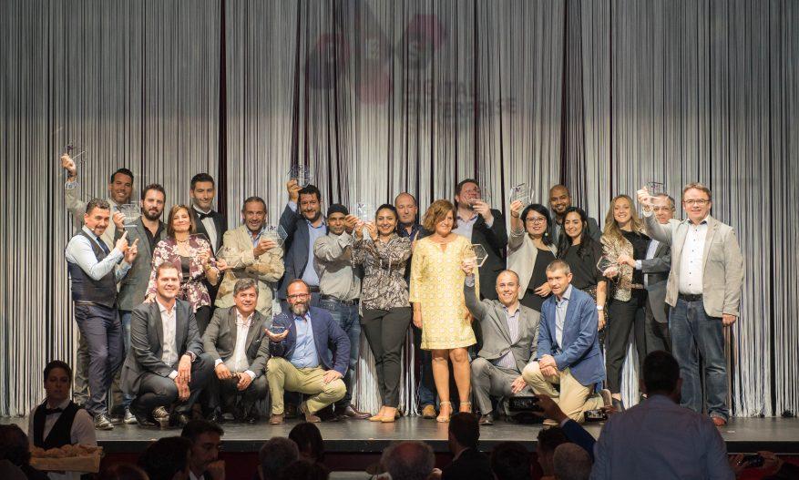 Foto: Finalistas do prêmio DES 2019 no palco segurando troféus.