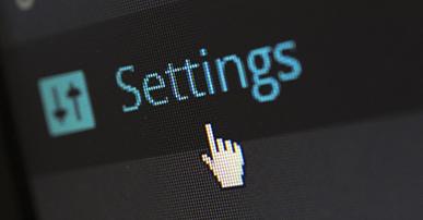 """Foto: tela de computador com a palavra """"settings"""" e mouse. desenvolvedores,"""
