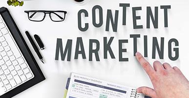 """Imagem: notebook em cima da mesa, com a frase """"marketing de conteúdo""""."""