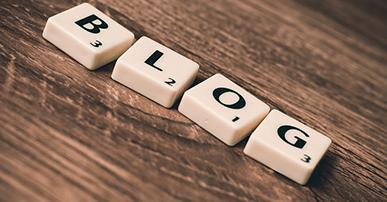 """Imagem: peças de jogo formando a palavra """"blog"""". Apiki."""