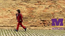Imagem: criança correndo na frente de parede de tijolos. consultoria.