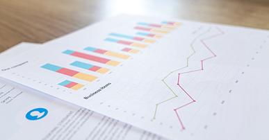 Imagem: papéis com gráficos. economia compartilhada.