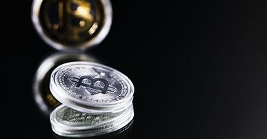 Imagem: fundo preto com moedas blockchain. mercado publicitário.