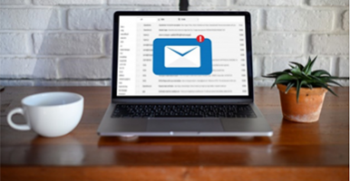 Imagem: notebook em cima da mesa com mensagem de e-mail marketing na tela.