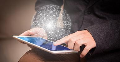 Imagem: pessoa segurando um tablet do qual sai uma rede de conexão de dados.