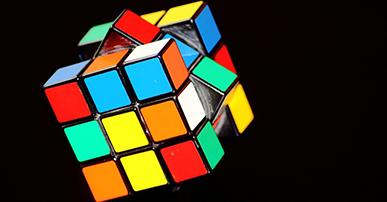 Imagem: cubo mágico no fundo preto. varejo.