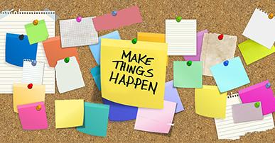 """Imagem: painel com vários papéis coloridos pregados e o do meio com a frase """"make things happen"""". empreendedores ."""