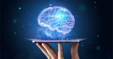 Imagem: mão segurando um celular e um cérebro holográfico saindo dele. Tecnologia.