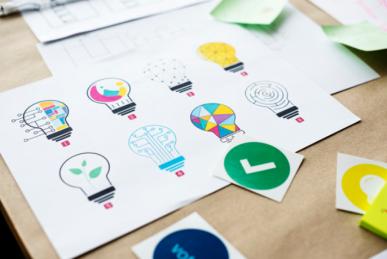 Imagem: papel com vários desenhos de lâmpadas. branding.