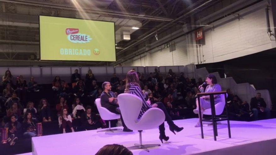 Foto: 3 pessoas no palco em uma palestra sobre nova economia digital.