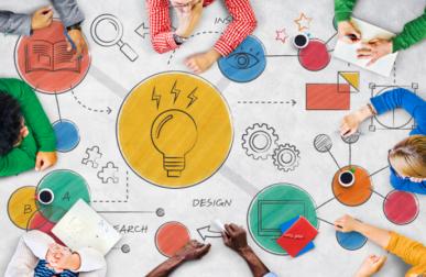 Imagem: Co-criação de ideias em uma mesa vista de cima. Criatividade.