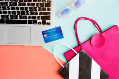 Imagem: notebook com cartão de crédito e bolsas. jornada.