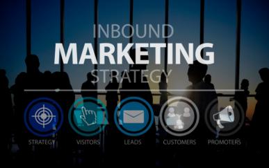"""Imagem: Grupo de pessoas em frente a uma janela e a frase """"Inbound marketing strategy""""."""
