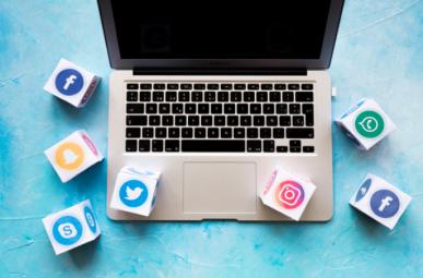 Imagem: notebook com os ícones das redes sociais. mídia programática.