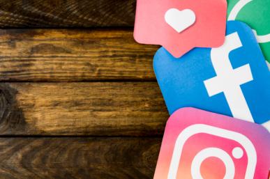 Imagem: fundo de madeira com ícones das redes sociais.