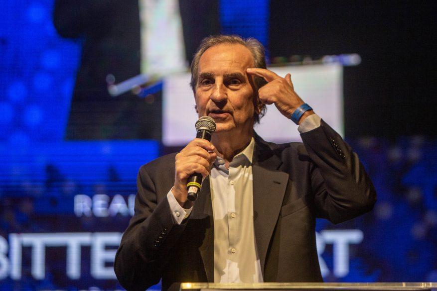 Imagem: Cícero Hegg palestrando sobre vantagem competitiva.