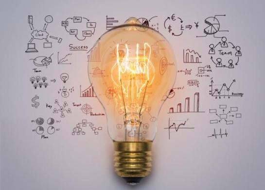 Imagem: lâmpada em cima de uma folha branca com vários desenhos em volta. LGPD.