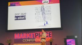 Imagem: homem em cima de um palco falando sobre marketplace.