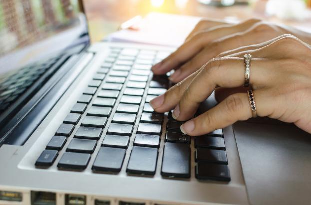 Imagem: mãos digitando em um teclado de notebook. Plataformas digitais.