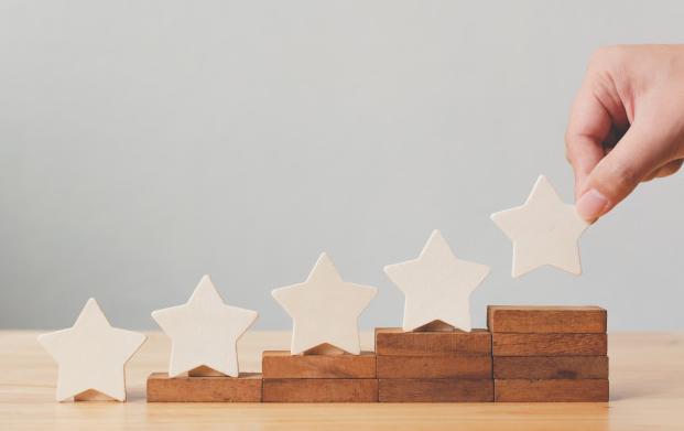 Imagem: blocos de madeira em tamanho crescente com estrelas em cima representando avaliação de cliente.