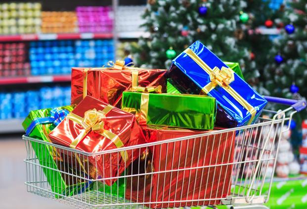 Imagem: carrinho de compra em loja cheio de presentes de natal.