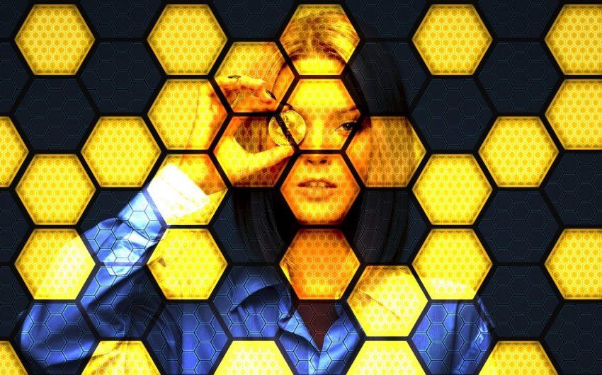Imagem: filtro geométrico em cima de mulher representando tecnologia