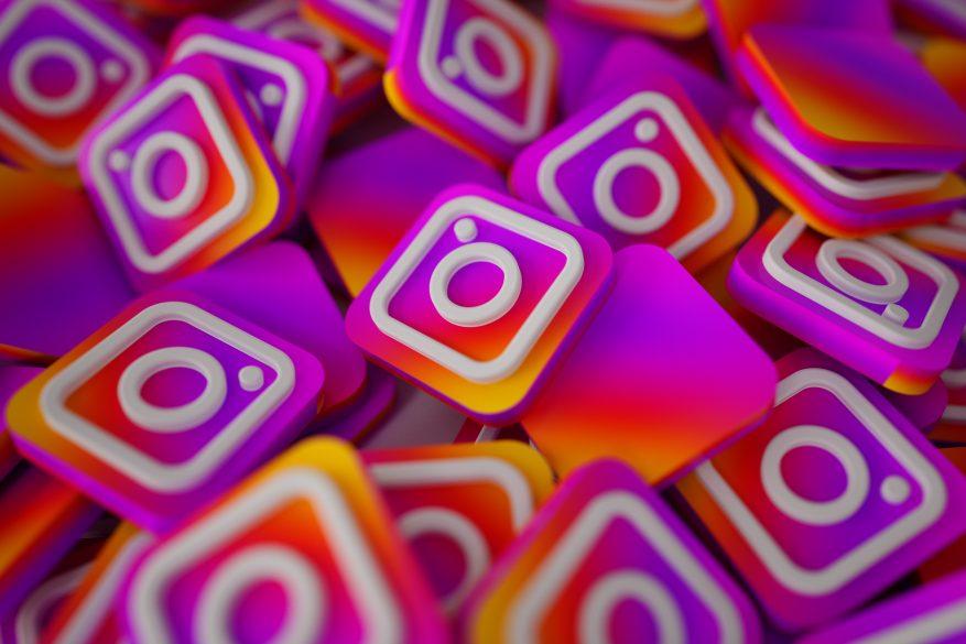 Pilha de logos 3D do Instagram, representando as redes sociais.
