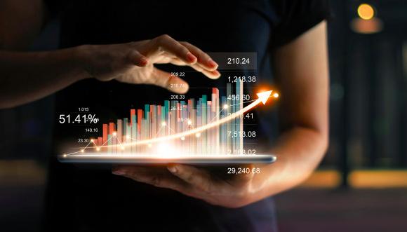 mãos segurando um tablet que reflete gráficos em 3d
